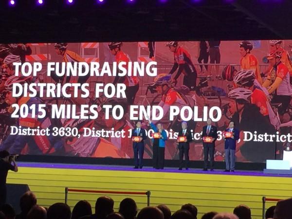 DDF最高額寄贈地区代表者の登壇(中央が立野DG)