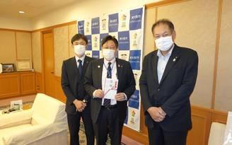 東大阪市へマスクとフェイス・シールドを寄贈しました(東大阪東RC)