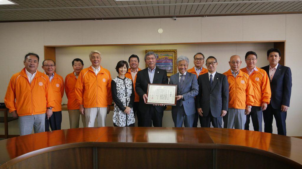 吹田市長からの激励のメッセージ、全会員からの熊本城修復支援金を熊本市長へ